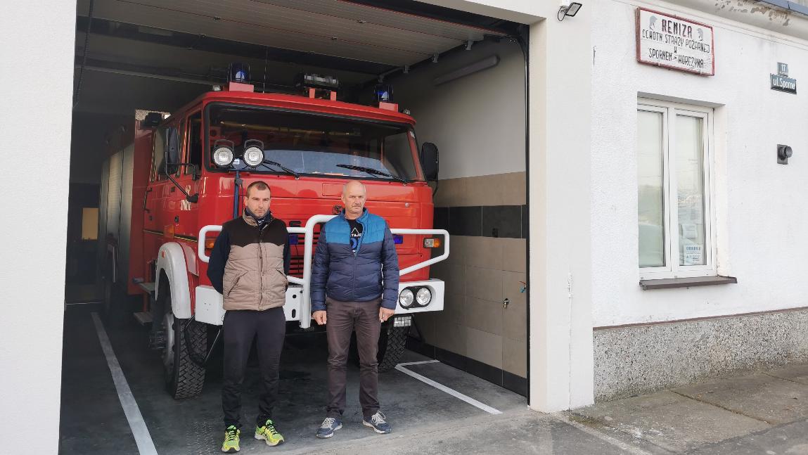 Prezes OSP Korczyna-Sporne Janusz Wąchała wraz z wiceprezesem Mateuszem Urbankiem z dumą prezentują wyremontowany garaż.