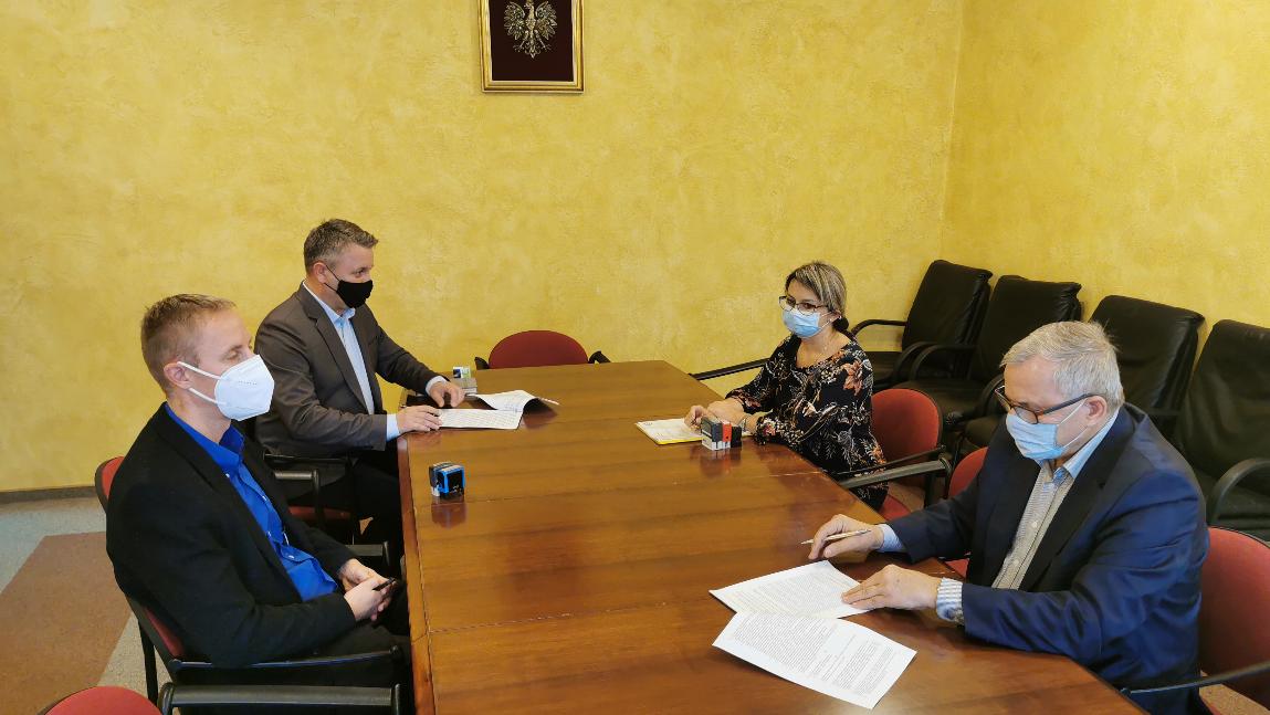 Wójt Gminy Jan Zych podpisuje umowę z wykonawcą.