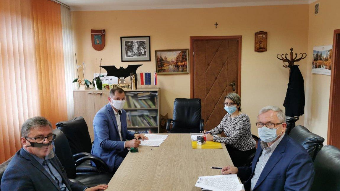 Wójt Jan Zych podpisuje umowę z wykonawcą.