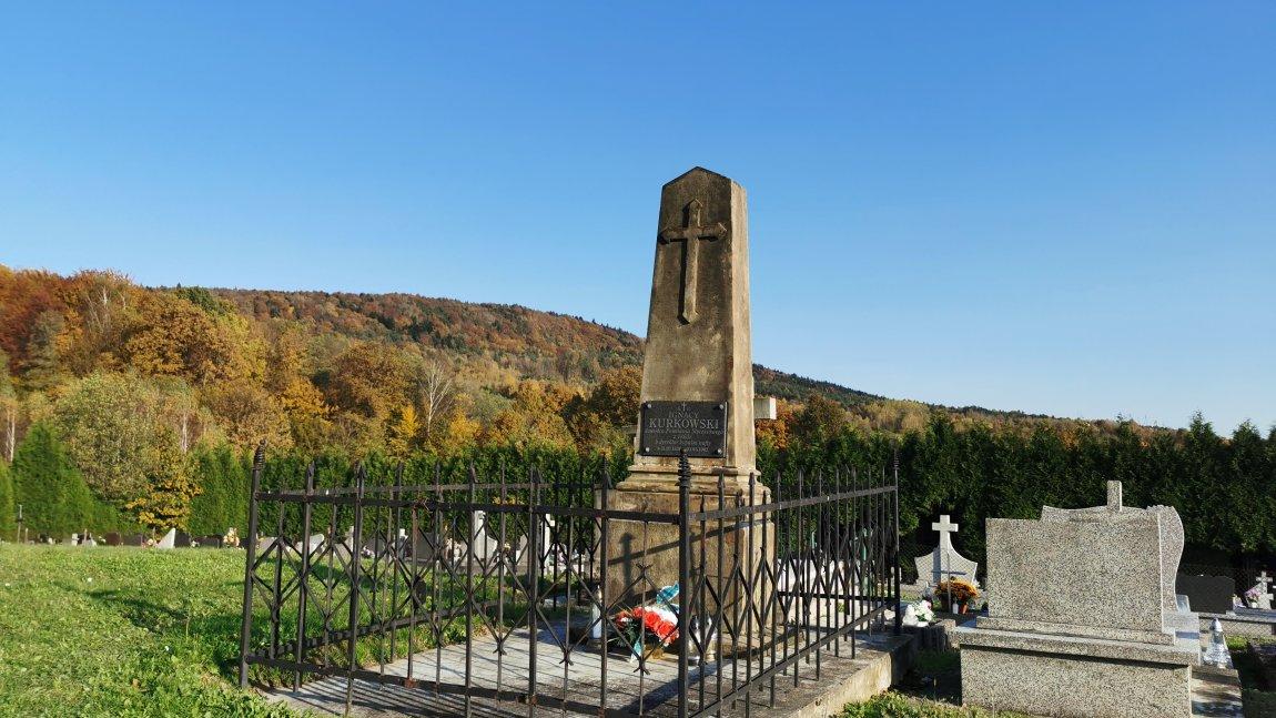 Cmentarz w Węglówce - w tle góra Kiczera.