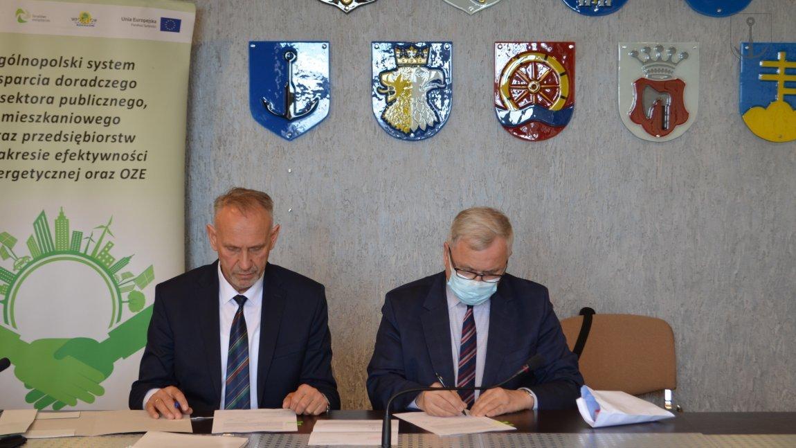 Wójt Jan Zych oraz prezes Adam Skiba podpisują porozumienie