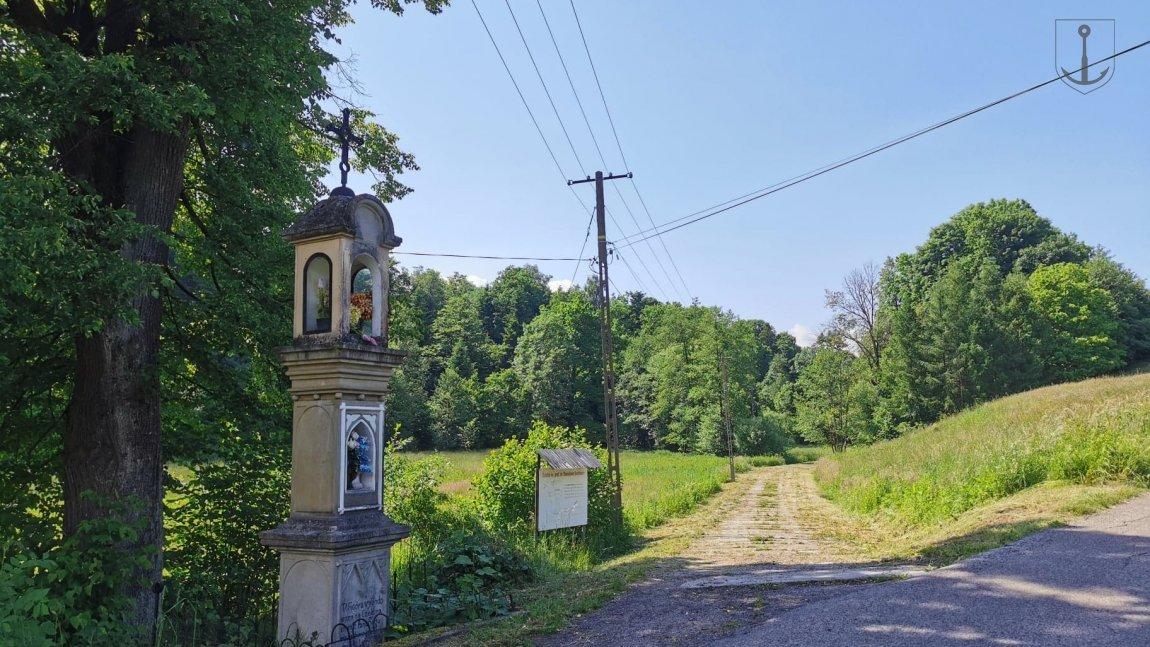 Wejście na ścieżkę od strony ul. Dolińskiej w Korczynie