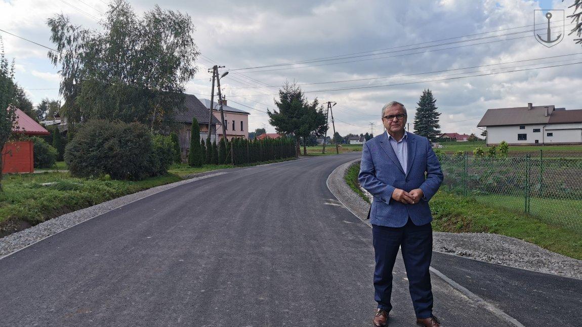 Wójt Jan Zych na ulicy Spokojnej