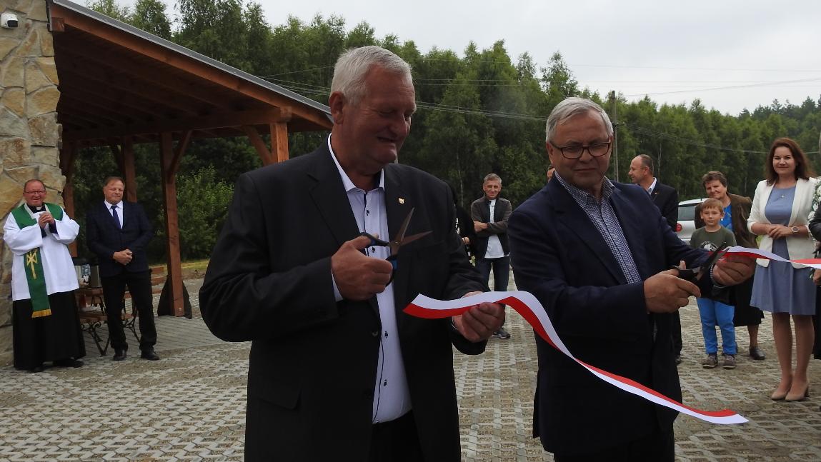 Wójt Jan Zych i zastępca burmistrza Stropkowa Peter Lechocky przecinają wstęgę